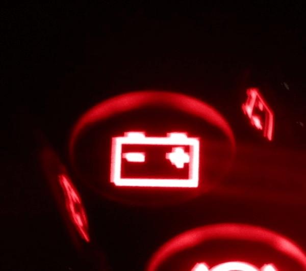 Почему постоянно горит лампа зарядки аккумулятора.