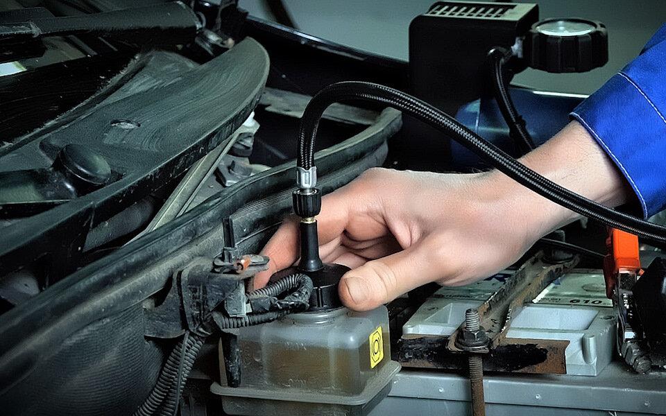 Когда нужно менять тормозную жидкость в автомобиле